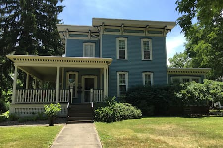 Historic Home right off campus! - Oberlin