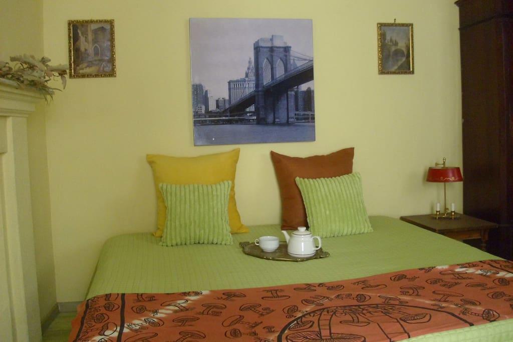 Vista completa della parete  su cui poggia il letto