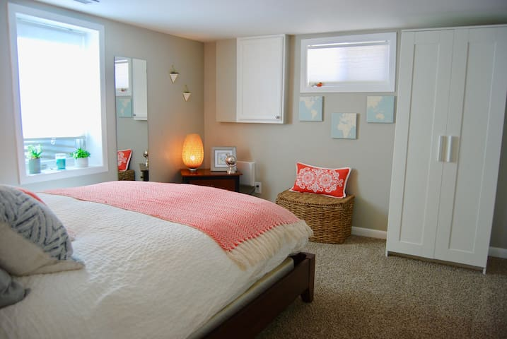 Cozy and Bright Private Bungalow Suite - Englewood