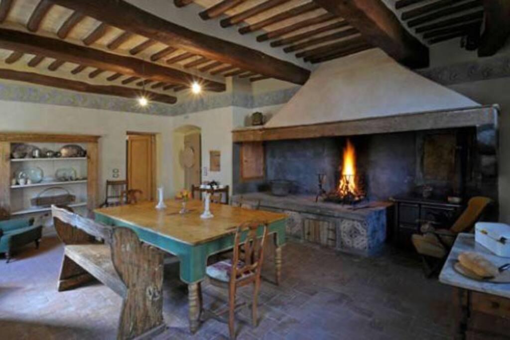 La cucina storica con grande focolare
