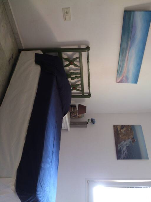 La habitacion puede ser para una o dos personas. The room can be for one or two people. Very confortable bed for one. I have another bed for the second person.