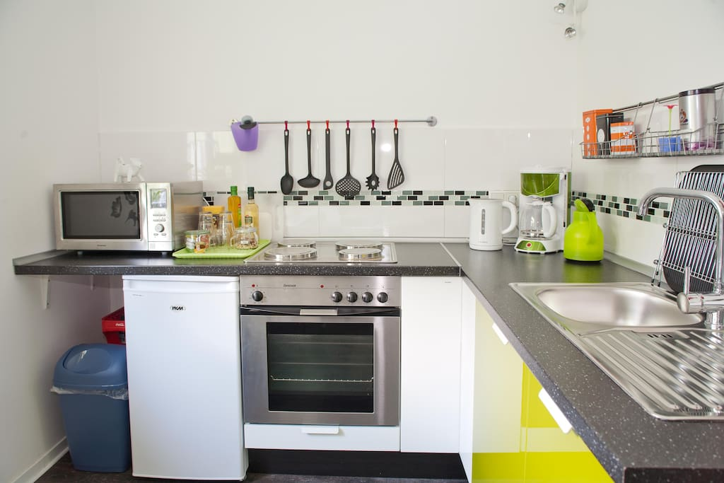 Küche mit Mikrowelle, Toaster, Wasserkocher, Kaffee, Tee...