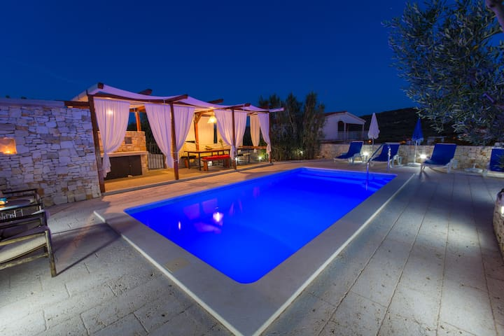 Your  holiday home with pool - slatine - Maison