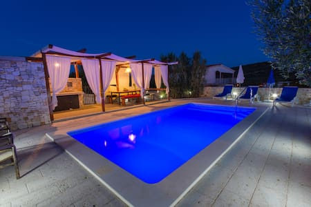 Your  holiday home with pool - slatine - Talo