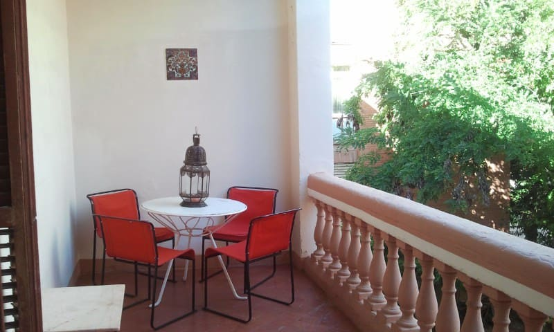 A REALLY BIG ROOM IN ART NOUVEAU STYLE HOUSE - St Cugat del Vallès - Apartament