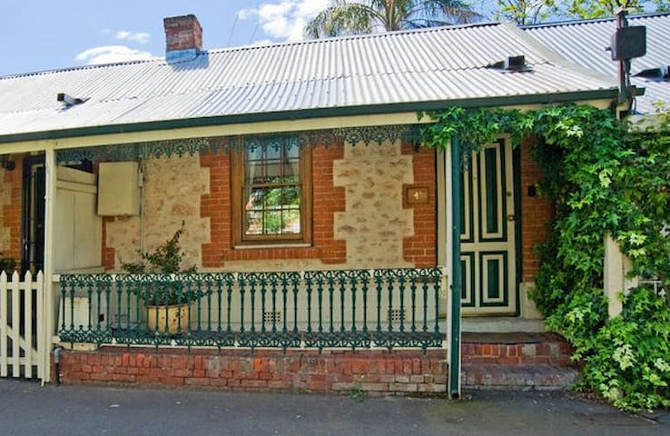 1860s cottage furnished in style - North Adelaide - Bed & Breakfast