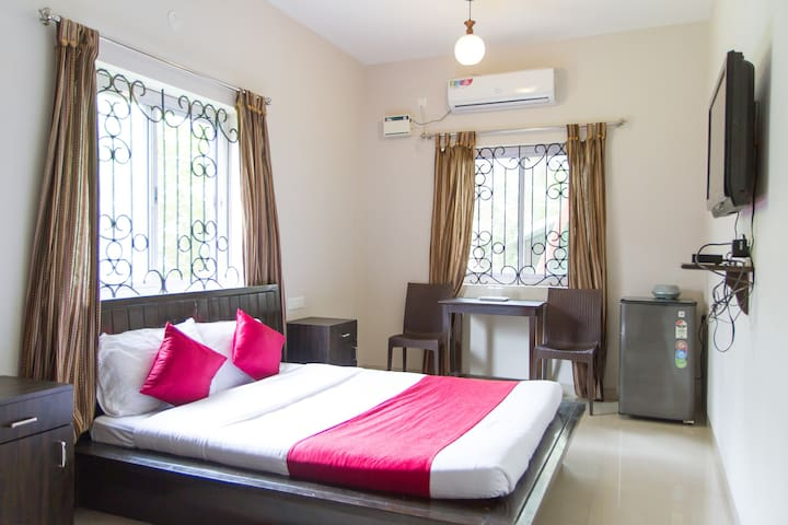 Cosy Room 100 mts from the Candolim Beach