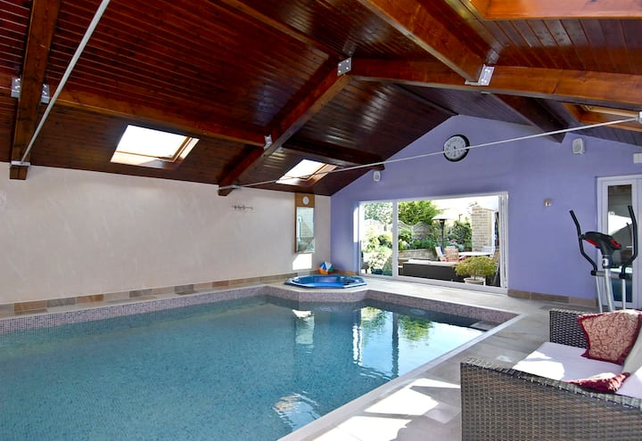 Indoor pool & hot-tub £800 for a weekend for 6