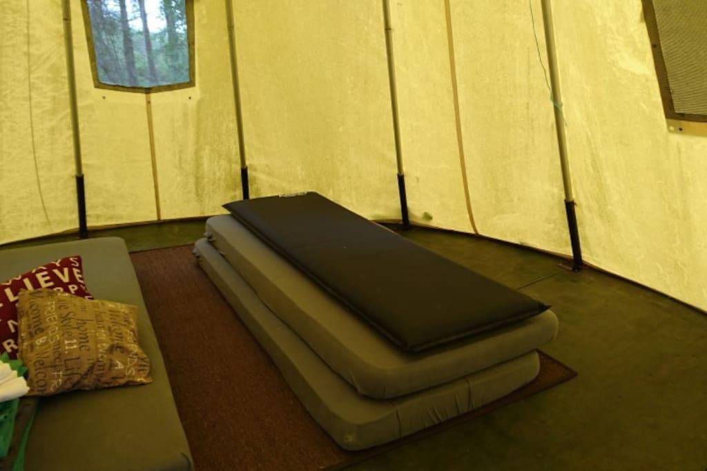 3 matrassen en extra luchtbedjes.