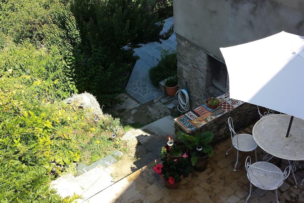 Grande terrasse de l'entrée de la maison pour les apéros et petits dejeuners!
