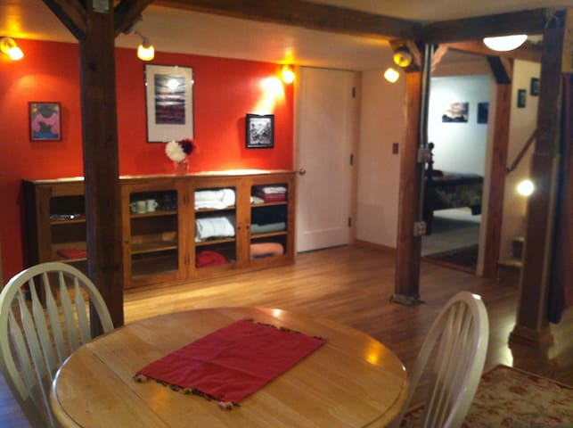 Cosy Basement Apt on East Mt Tabor! City Permitted
