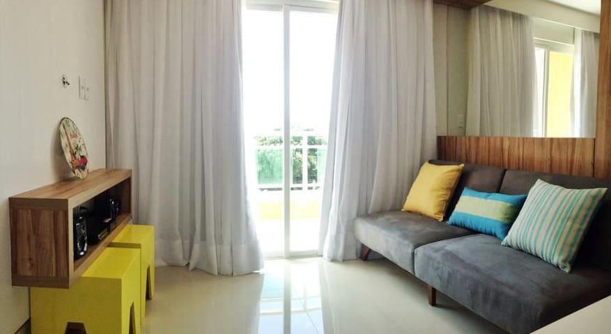 Sala (sofá cama) e varanda (rede).