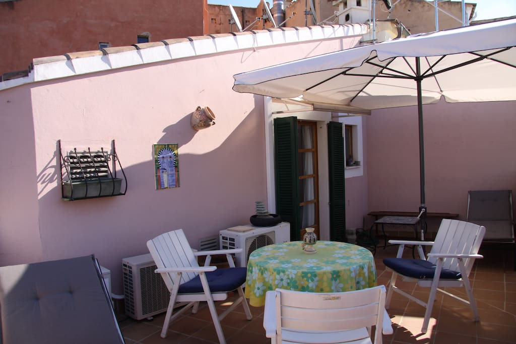 Im Schatten relaxen und frühstücken auf der Dachterrasse