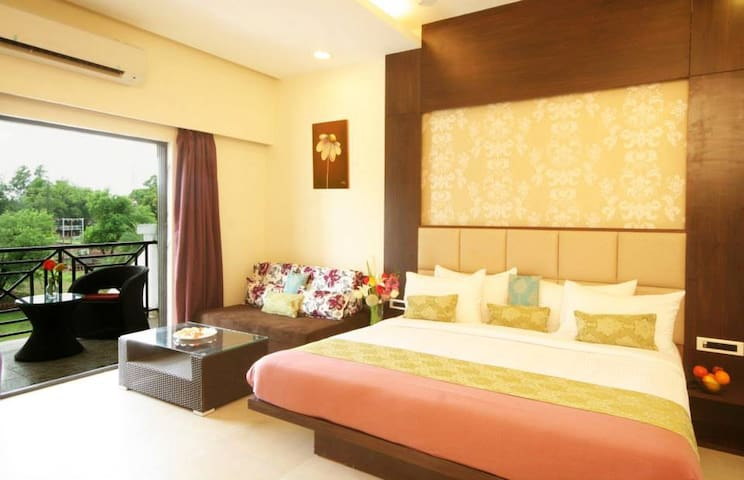 Double bed + Sofa cum bed + attached balcony - Silvassa - Hotel butikowy