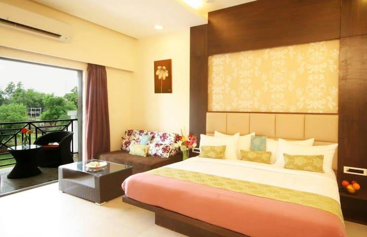 Double bed + Sofa cum bed + attached balcony - Silvassa - Hotel butique