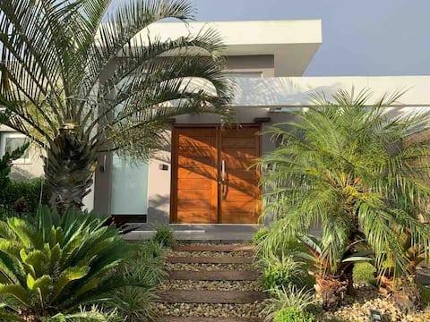 Casa com piscina e pátio privativo em condomínio.
