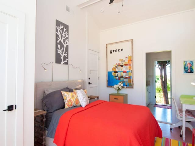 Encinitas Coral Reef Guest Quarters: breezy, fresh, fun, bright and pet friendly