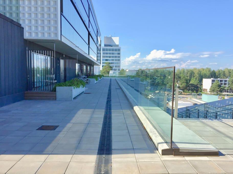Täydellisen rauhallinen sijainti, josta pääset suoraan portaita tai hissillä Tapiolan keskeisten palveluiden ja kulkuyhteyksien äärelle.