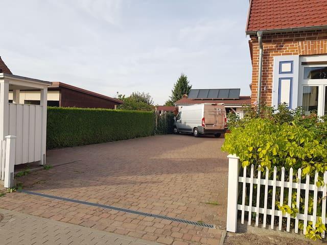 Eigener Stellplatz im Hof
