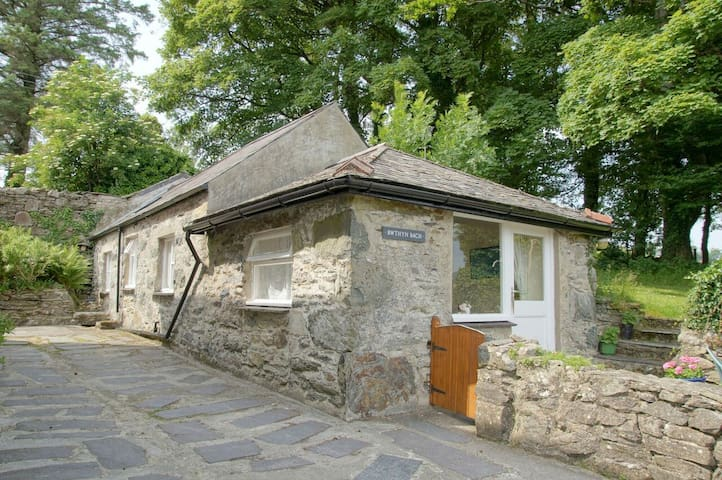 Cosy cottage for two near Criccieth with hot tub