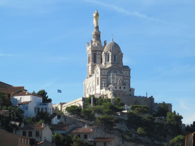 Appt superbe vue parking facile flats for rent in for Location garde meuble marseille