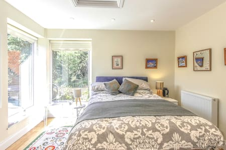 Lovely double room in 1880s house - Winchester