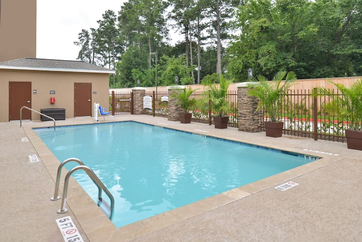 Great for Business Travelers! Near George Bush Intercontinental Airport | Shared Outdoor Pool