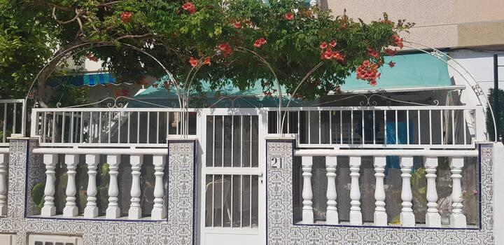 Casa baja adosada con patio en Lopagán