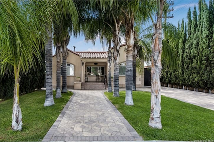 Burbank/Glendale Hideaway! Close to everything! !