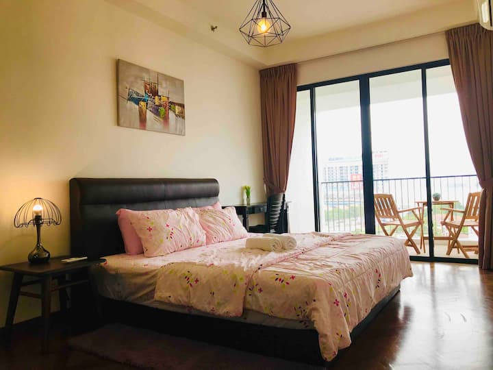 Romantic Suite with Balcony 5min to Gurney ✨