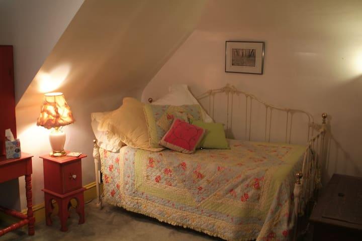 3rd FL, Private Bedroom w Private Bath. Very cozy!