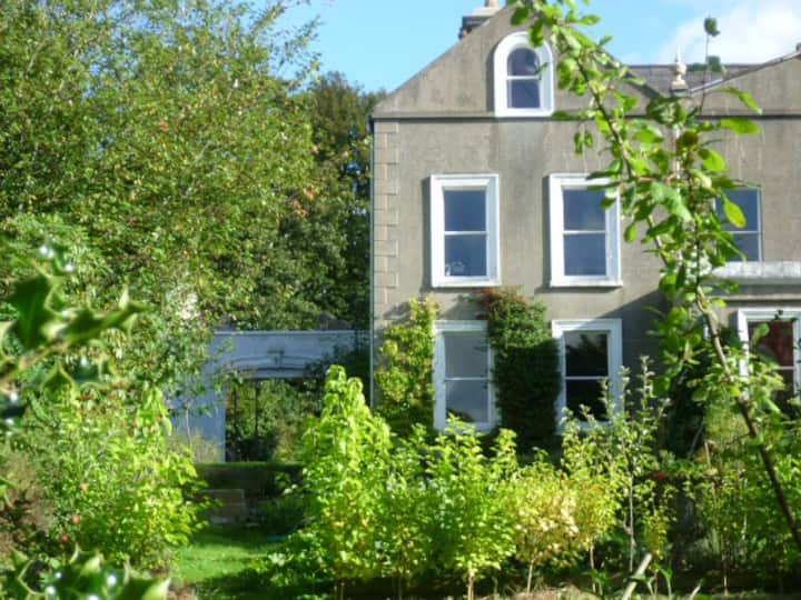 Peaceful 1-bed flat, central Holywood with parking