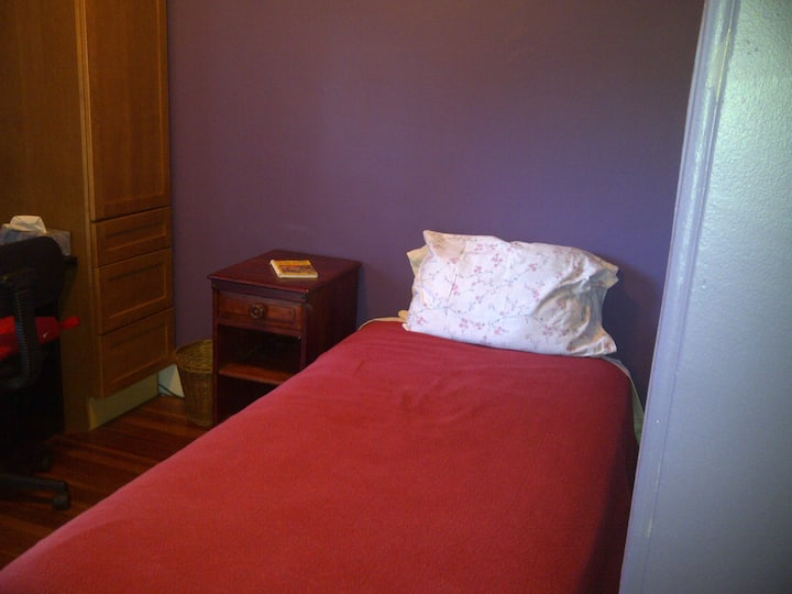 Room in Rozzie-Twin Bed-Full Bath