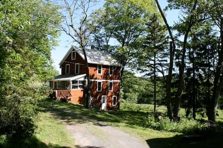 Charming Catskills Farmhouse - Hurleyville - บ้าน