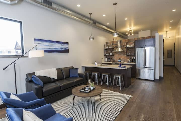 Immaculate condo steps to shops, restaurants, Whitefish River and Whitefish Lake