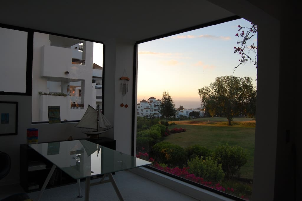 Escritorio con vista a la cancha de golf y mar / Study with golf course and ocean view