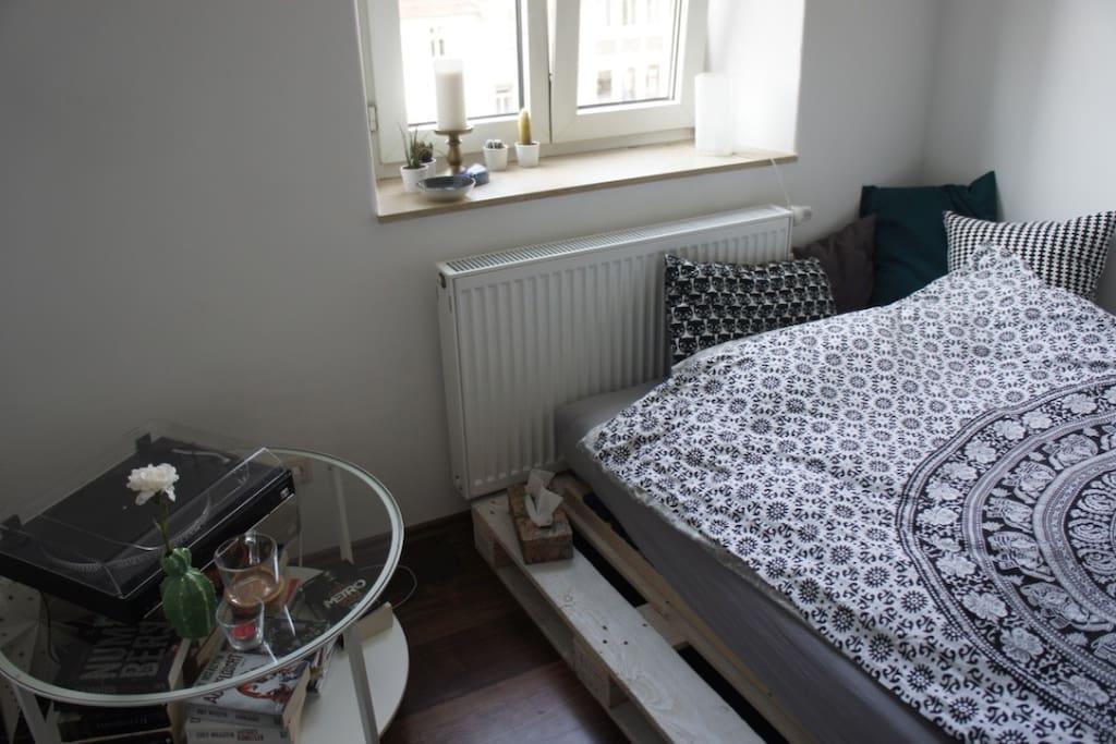 Das helle Zimmer mit Ausblick auf die Maxstraße