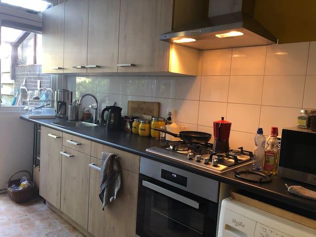 Keuken met koelkast, oven en magnetron