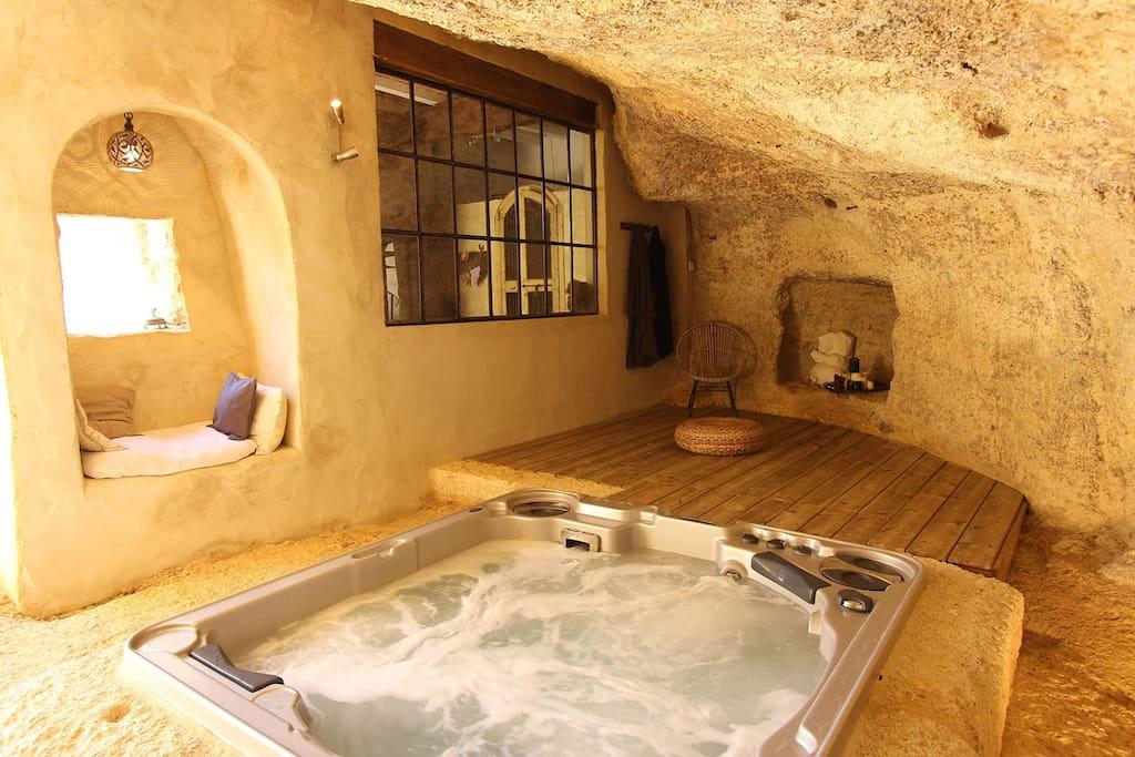 Spa dans la grotte donnant sur cour intérieure.