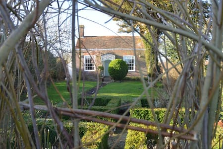 Historic, idyllic, country cottage close to sea - Pett - House