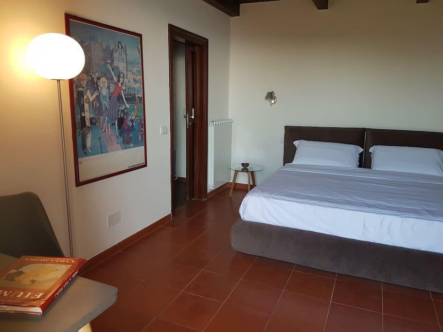 Camera elegante vista mare, dotata di letto matrimoniale king-size, con possibilità di letto aggiunto. Pavimento in cotto. Accesso diretto al giardino con ingresso indipendente.