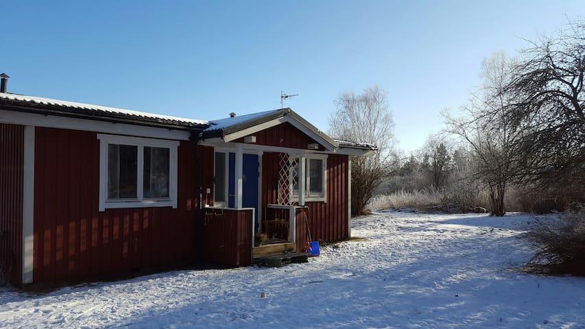 Lantlig och enkel stuga med utsikt och grannar - Karlstad N