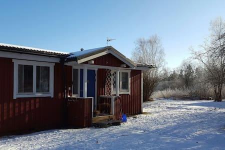 Lantlig och enkel stuga med utsikt och grannar - Karlstad N - 小木屋