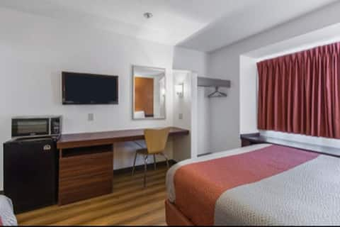 2 queen size beds with private bathroom