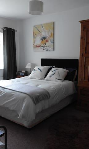 Enniskillen (Double room in family home)