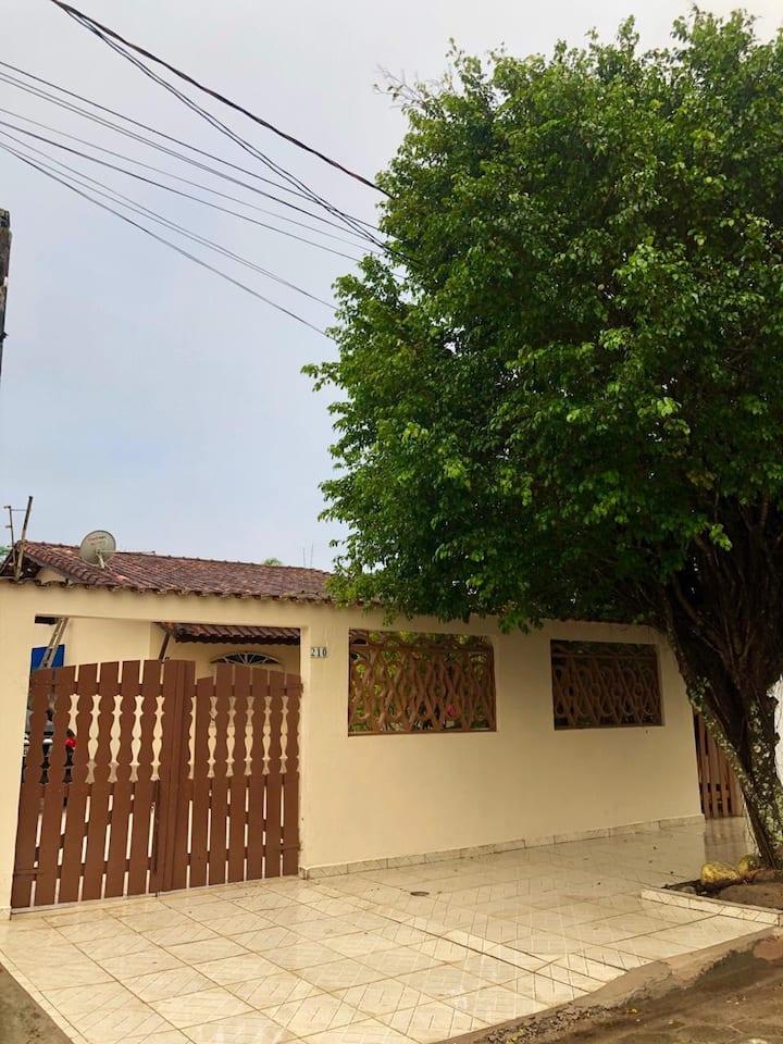 Casa em Itanhaem a 4 quadras da praia