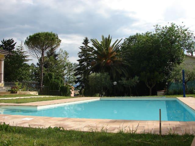 Camera con vista piscina, nel verde