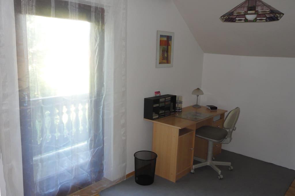 Zimmer 1.  Schreibtisch, Balkon
