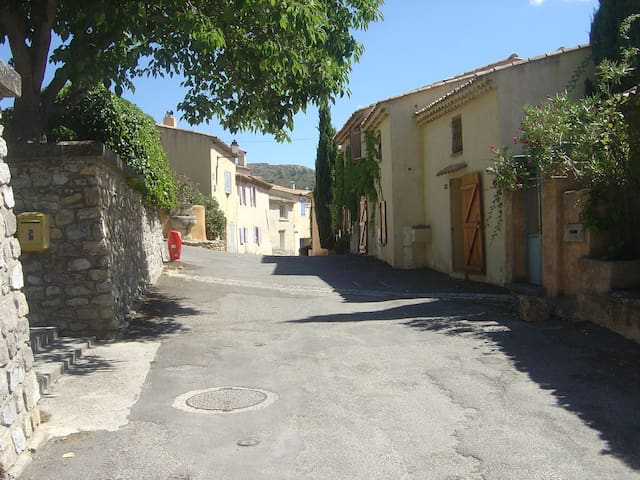 Small village house in Provence - Saint-Marc-Jaumegarde - บ้าน