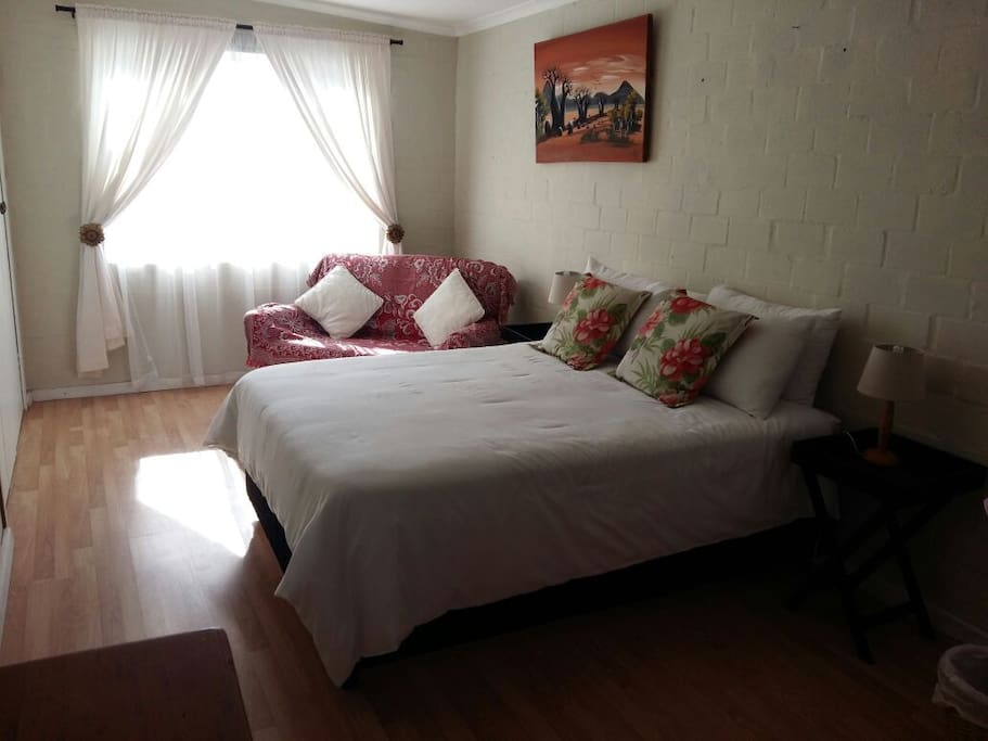 Sunny double room with lounge area